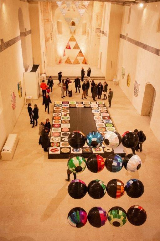 Mai Tabakian, Objets flottants, vue d'ensemble, centre d'art les 3 CHA. Crédit photo Magali Maleux