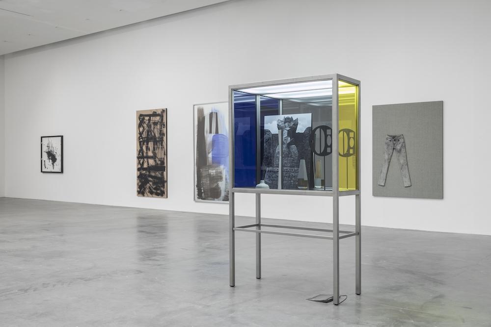 vue de l'exposition de Josephine Meckseper au Frac des Pays de la Loire. Cliché : Fanny Trichet