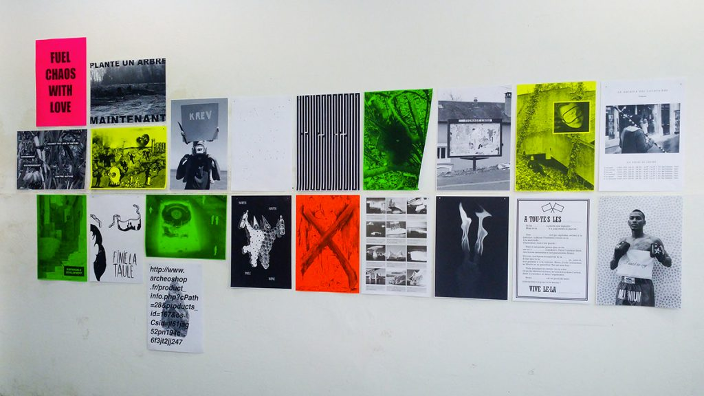 Post-posters est une proposition coopérative autour de l'affichage public initiée en 2019 par Antonio Gallego et Mathieu Tremblin et rassemblant des artistes du monde entier.