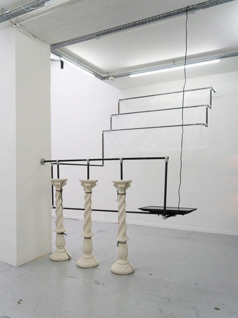 Cyril Zarcone Structure in-situ pour colonnes torsadées, 2019, tube acier, bâche plastique, résine acrylique, poudre de marbre, dimensions variables