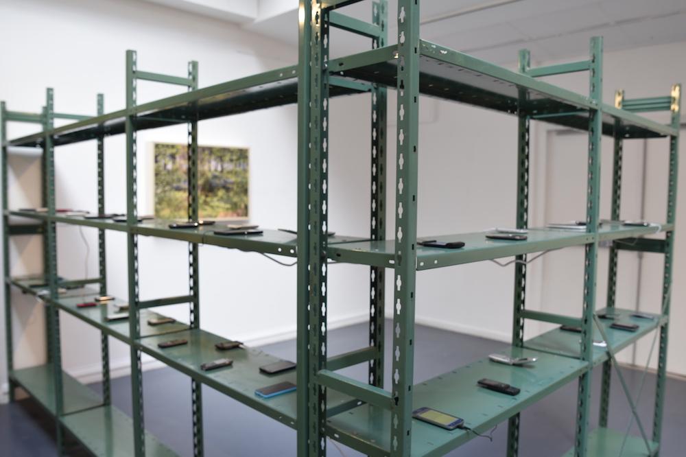 """vue d'exposition """"Adam, Gabriel et Jules"""" d'Adrien van Melle  - Galerie du CROUS Paris - Photo Mélodie Lapostolle"""