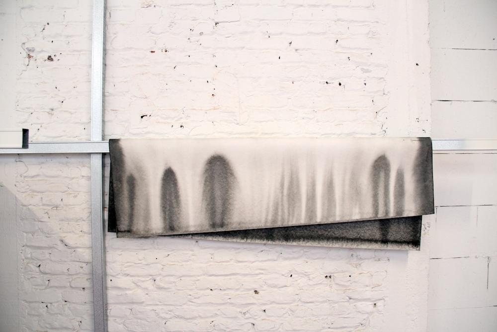 Claire-jeanne jézéquel, La jetée (détail), 2019, rails métalliques, encre de chine sur papier, 300 x 640 x 355 cm