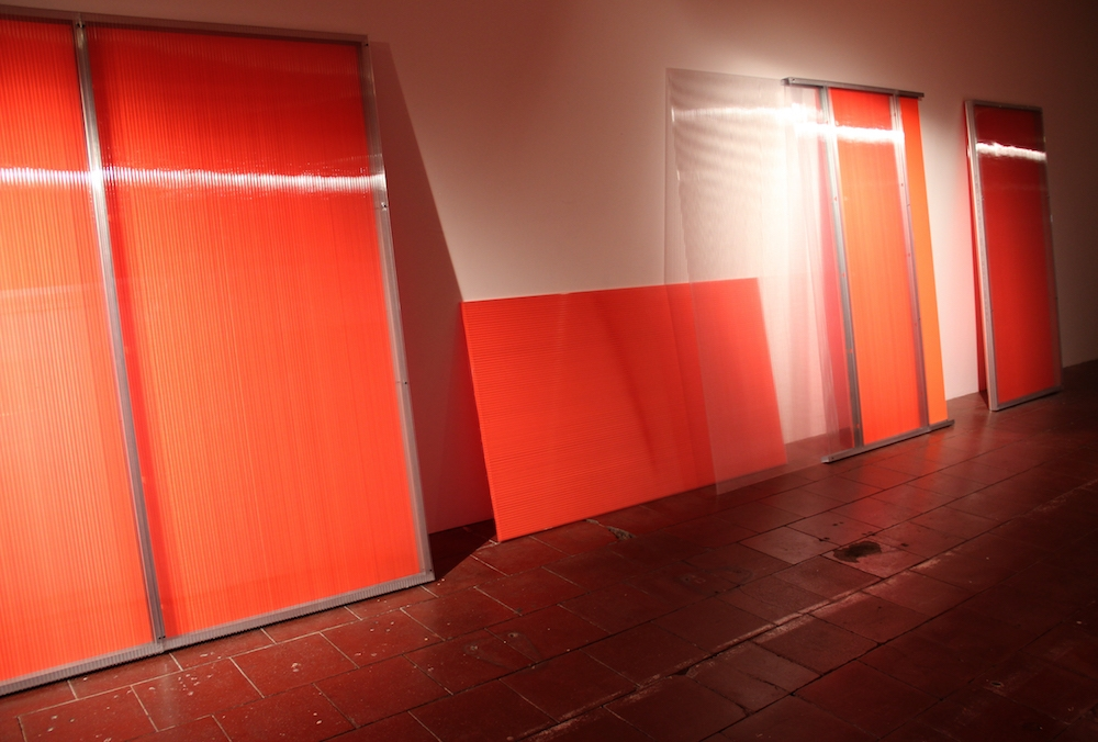 LUCIE LE BOUDER, à travers (orange), 2019, polycarbonate, rail métallique, peinture, installation in situ