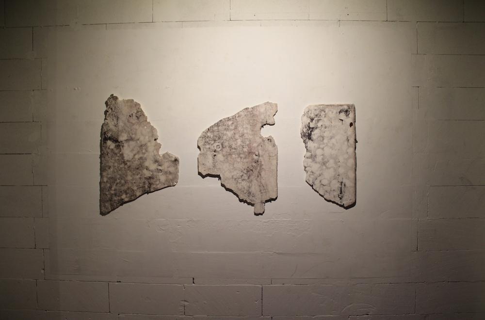 Lulù nuti, E 6 (ROME), 2018, Plâtre et filasse, 192 x 85 x 2 cm