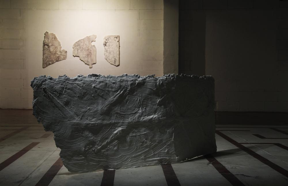 Lulù nuti, NE 5 (le blason), NE 4, E5, 2018, Plâtre et filasse, dimensions variables / Lulù nuti, E 6 (ROME), 2018, Plâtre et filasse, 192 x 85 x 2 cm