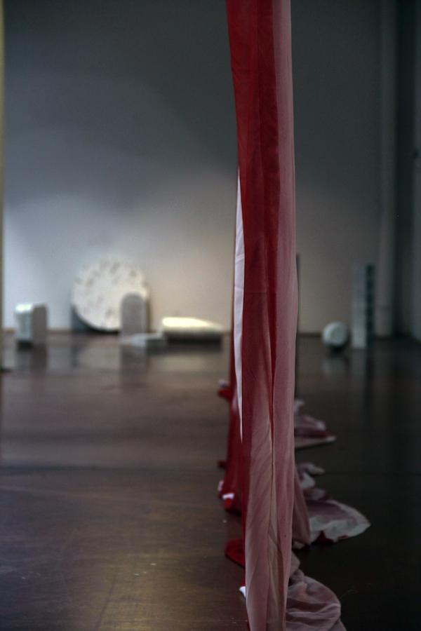 MARIE-JEANNE HOFFNER, Voile (rouge), 2015, Tissu, 5 x 3 m (x2) / Linda Sanchez & baptiste croze, Les Sourdines, 2018, sculptures, dimensions variables, Courtesy des artistes et de la Galerie Papillon