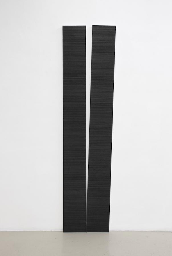 Mathieu Bonardet, Disjonction I, 2019. Graphite sur papier marouflé sur bois, morceau de graphite, 220 x 57 x 3,5 cm
