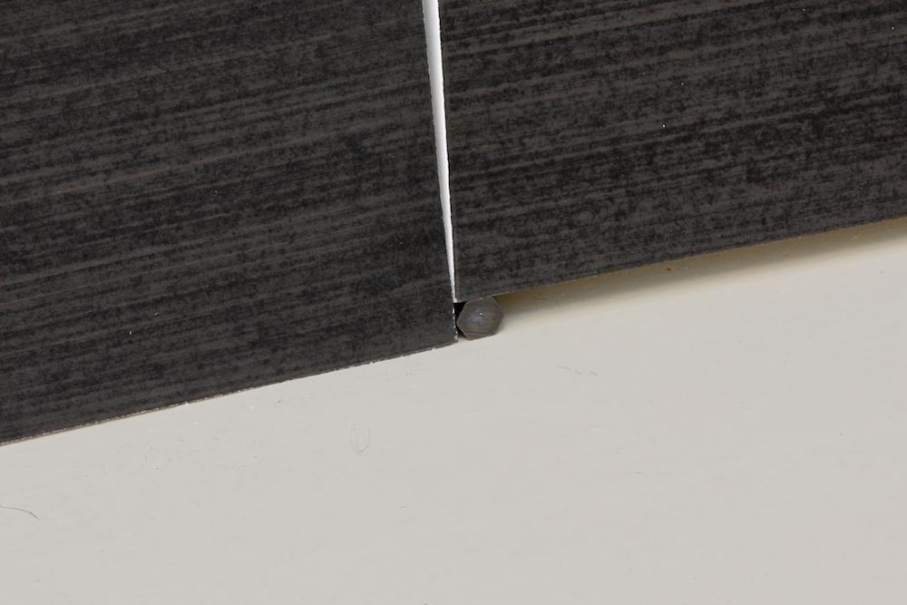 Mathieu Bonardet, Disjonction II (détail), 2019. Graphite sur papier marouflé sur bois, morceau de graphite, 200 x 115 x 3,5 cm