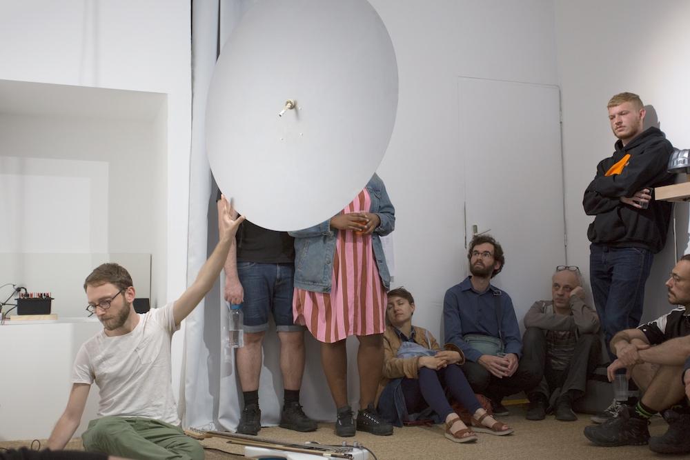Ludovic Landolt, performance Musique pour chambre, exposition DE TINTINNABULIS, KOMMET Lyon. Photo Aude Couvercelle