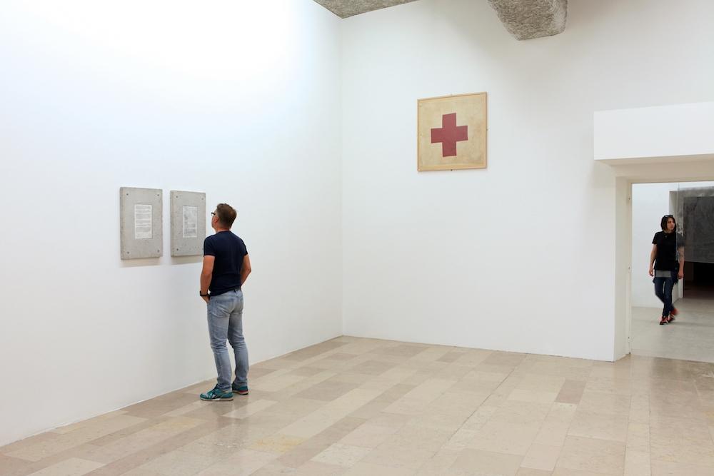 """Salle 1 - vue d'exposition Nicolas Daubanes, """"S'ils avaient pu, ils auraient emporté la lumière et l'eau"""" La Halle Centre d'art contemporain, Pont-en-Royans Photo Phoebé Meyer"""