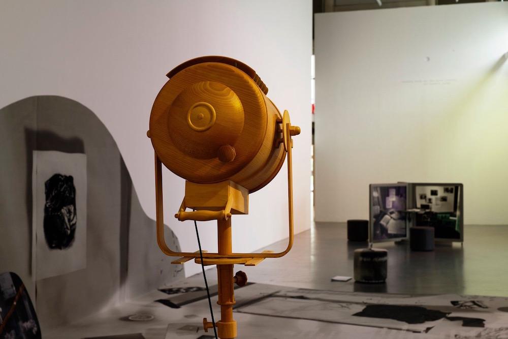 Vue de l'exposition «les cellules blanches, nues et le sommeil électrique», Sébastien Rémy (co. Céline Poulin, assistée de Camille Martin), CAC Brétigny, 2019. Photo: Aurélien Mole.