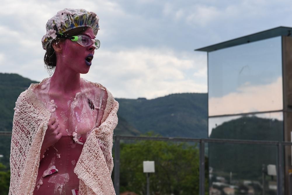 Cécile Serres, performance I Hope You Don't Mind / Sans penser à mal