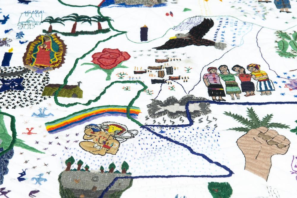 Teresa Margolles,Nkijak b'ey Pa jun utz laj K'aslemal(Opening Paths to Social Justice),broderie sur tissu imprégné du sang provenant du corps d'une femme assassinée à Guatemala City, créée avec la participation de femmes mayas membres de l'Asociación de Desarrollo de la Mujer K'ak'a Na' (ADEMKAN) : Bonifacia Cocom, Lucy López, Yuri López, Silvia Menchú, Claudia Nimacachi, Lucrecia Puac, Estela Tax et Josefina Tuy. Santa Catarina Palopó, Sololá, Guatemala, 200 x 200 cm,2012