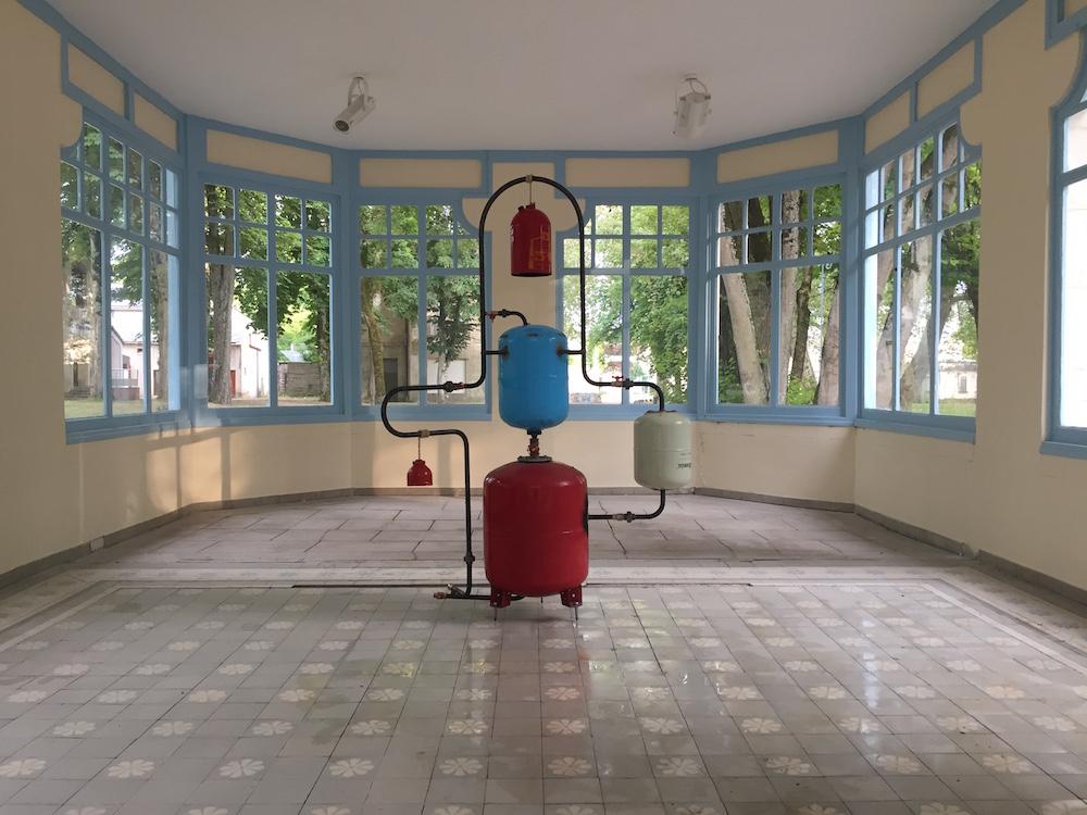 François Dufeil, Pour Humbros, 2019  Bouteilles de gaz, acier noir, laiton, corde chanvre, eau  189 x 130 x 100 cm