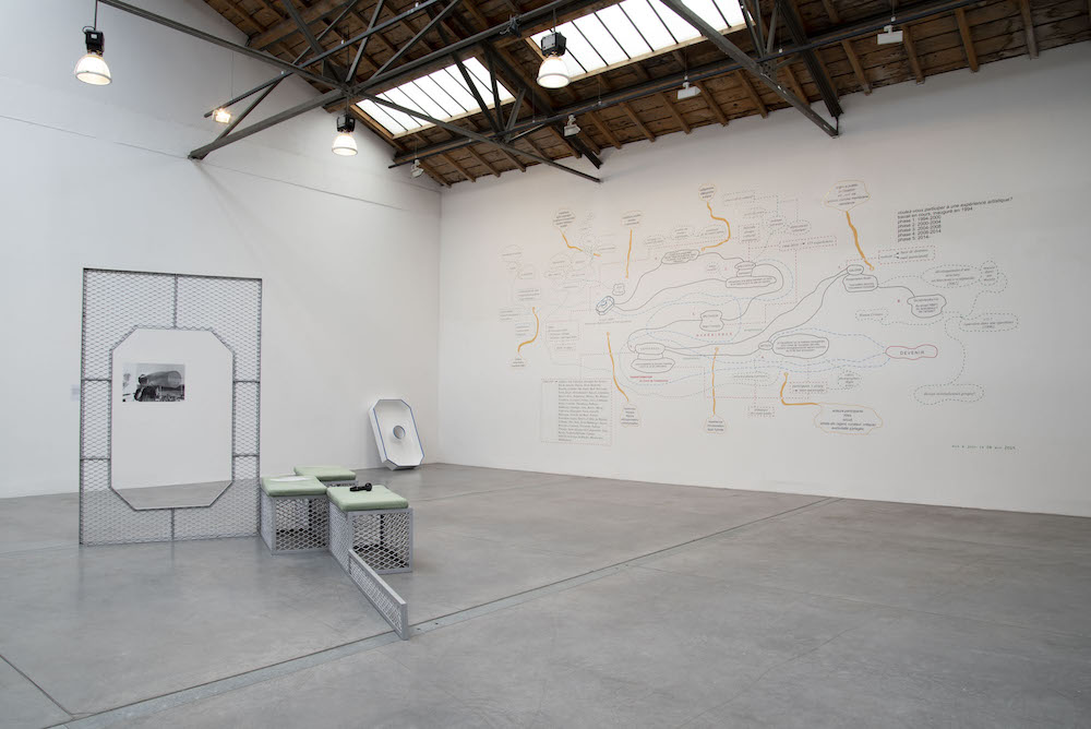 Ricardo Basbaum, Would you like to participate in an artistic experience ? [Voulez-vous participer à une expérience artistique ?], 1994-2019, diagramme, objet en acier.  Conjs, sculpture/installation, 2013, dimensions variables. Collection Centro de Arte Dos de Mayo, Madrid ;  Crédit photo : Angélique Pichon / Le 19, Crac
