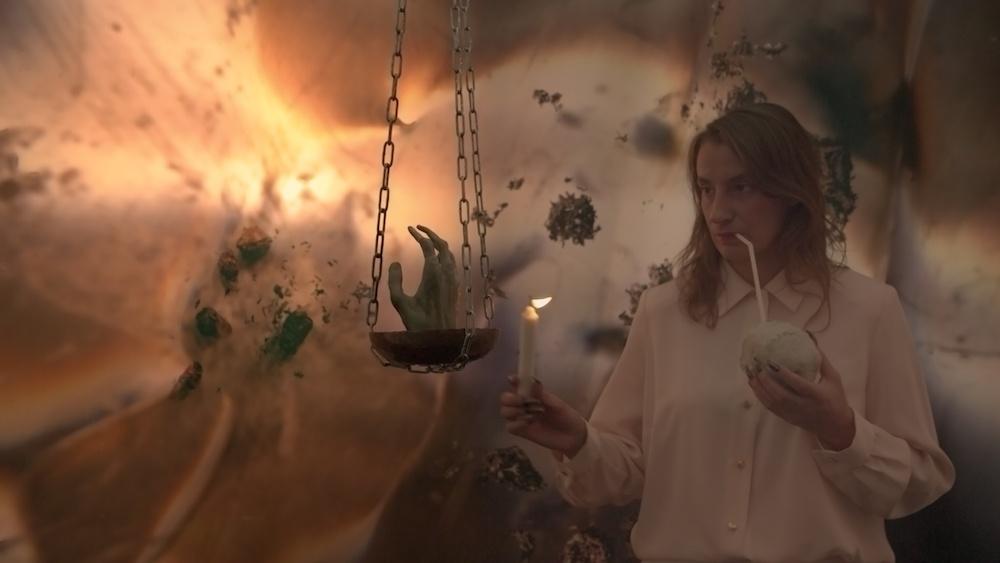 Laura Gozlan , Y.E.S. III, Ptomaïne , 2019 Film HD, couleur, son. 4 ' 52 '' 3E + 1EA . « Youth Enhan- cement Systems ® » , Galerie Valeria Cetraro, 2019 Courtesy de l'artiste et Galerie Valeria Cetraro