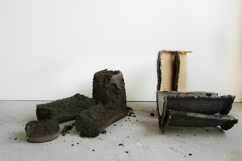 Romain Métivier sans titre (marron/beige/noir) I - 2019 résine acrylique, terre dimensions variables