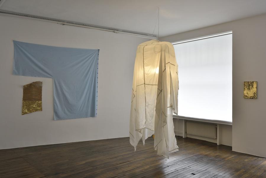 Vue de l'exposition How de  Sergio Verastegui, Galerie Thomas Bernard Cortex Athletico, Paris. Photo Rebecca Fanuele