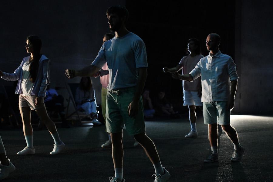 STATU, une installation vivante et performative pour 10 performeurs présentée pendant 24h sans interruption au Festival TRANSFORMES, Espace Périphérique de La Villette, 2018 © Antoine Grédai, Courtesy de SUZANNE