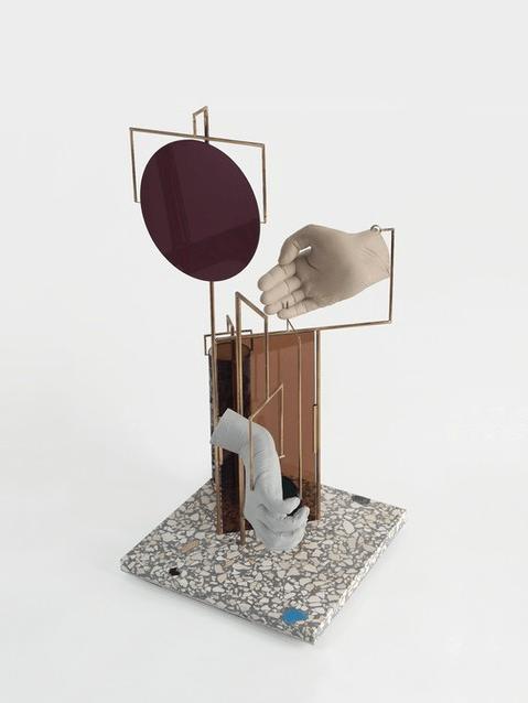 David Casini Geometrie per un canone rovesciato III 2015 Laiton, porcelaine, plexiglas, impression sur papier métal, béton poli, 53 x 25 x 25 cm. Courtesy artiste