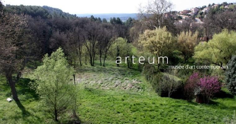 MAC ARTEUM, CHÂTEAUNEUF-LE-ROUGE  Installé au 2ème étage du château de l'hôtel de ville, le Mac Arteum, au croisement des champs et des pratiques artistiques, installe son identité de lieu de culture et de création en soutenant la création contemporaine.