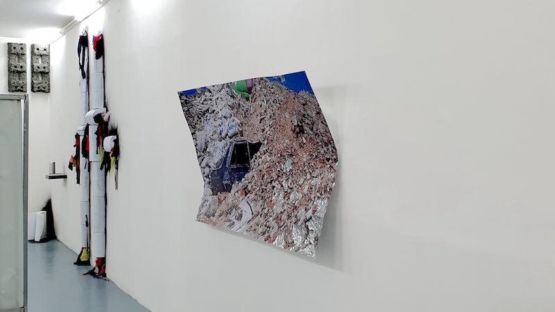 Benoit Travers, Ebrèchements brûlants, 2018, photographie, acier galvanisé, 180 x 100 x 30 cm