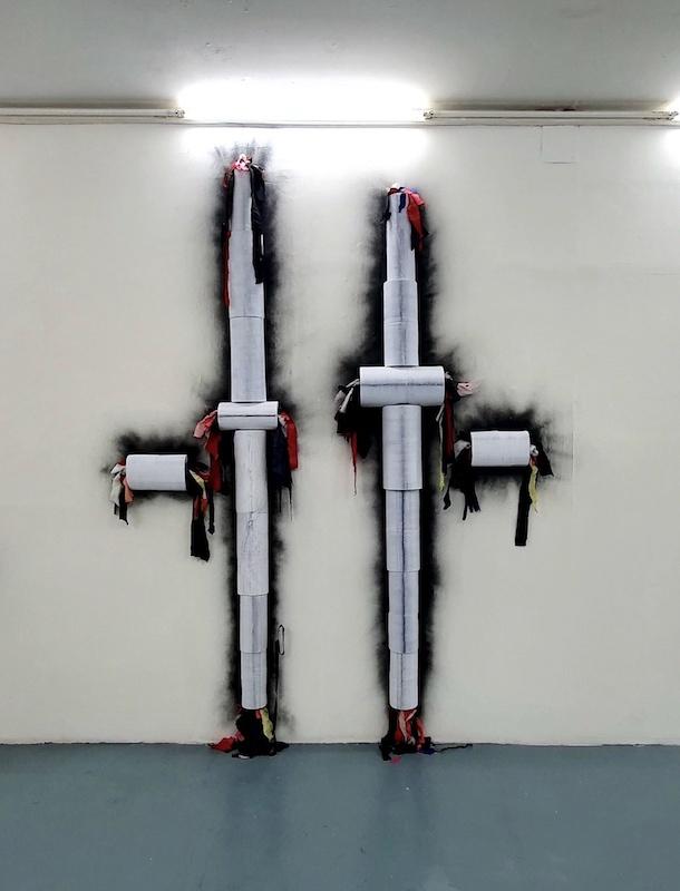 Benoit Travers, Dimensions parallèles, dimensions variables, 2019, papier, colle, tissus, lames, peinture noire, acier, dimensions variables