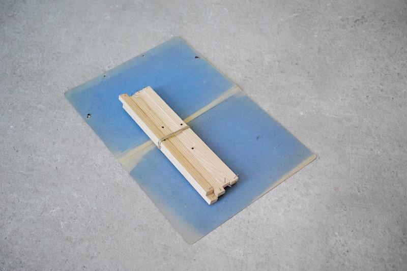 Ícaro Lira, Sans titre | 2019 bois, agrafes, cordelette, carton 48,5 x 32 x 3 cm. Courtesy et photo Salle Principale