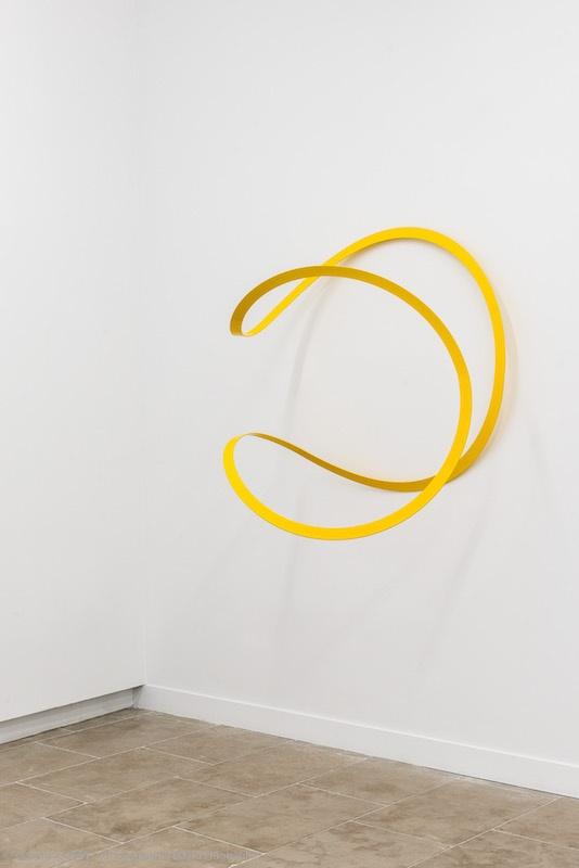 Suzy Lelièvre, 2 pi radian, métal thermolaqué 1 00 x 100 x 1 00 cm. Photo David Huguenin