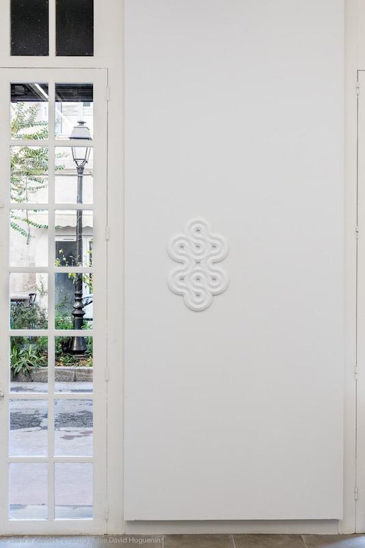 Suzy Lelièvre, Truchet White, 2019. 55cm x 35cm,  résine époxy de couleur blanche légèrement translucide. Photo David Huguenin