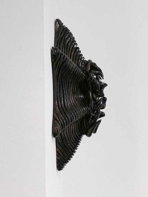 Premier plan : Prototype céramico-sonore  - 2019 de JP Racca Vammerisse Sculpture émaillée monochrome  55 x 40 x 29 cm Dedans : NaturaDraculaChamp - 2019 de Nicolas Delliac  Création sonore,  8'05 min