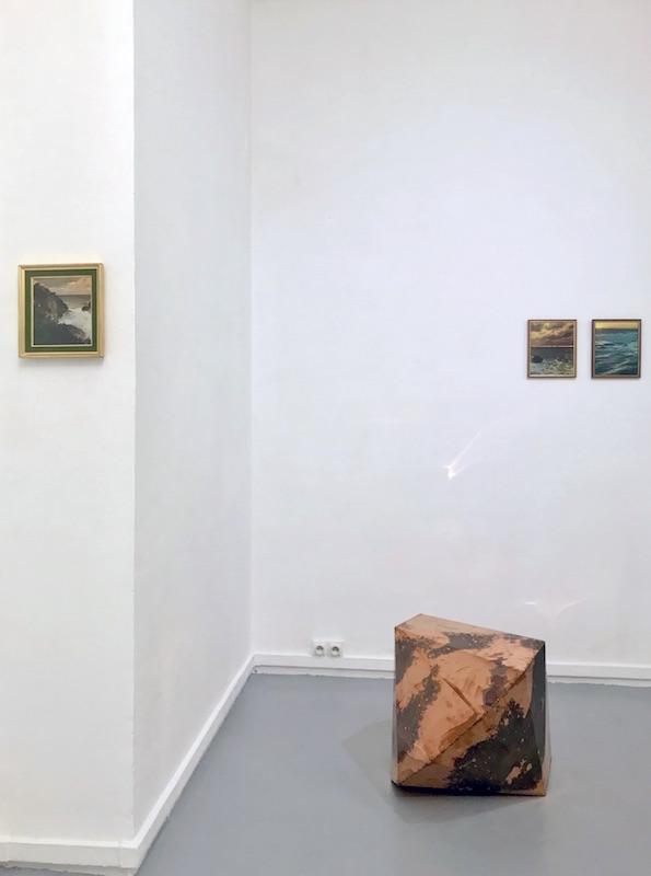 Aurélien Mauplot- Les Impatiences (série des vents), 2016 Crayon gris sur photographie d'archive., 18 x 18,5 cm (24 x 23 cm). Guillaume Gouerou - Icositetrahedron, 2019 Cuivre, 80 x 80 x 80 cm. Aurélien Mauplot - Les Impatiences (série des horizons), 2020 Feuille d'or sur photographie d'archive., 25 x 18,5 cm. (26 x 22 cm). Aurélien Mauplot - Les Impatiences (série des vents), 2016 Crayon gris sur photographie d'archive, 25 x 18,5 cm (24 x 23 cm).