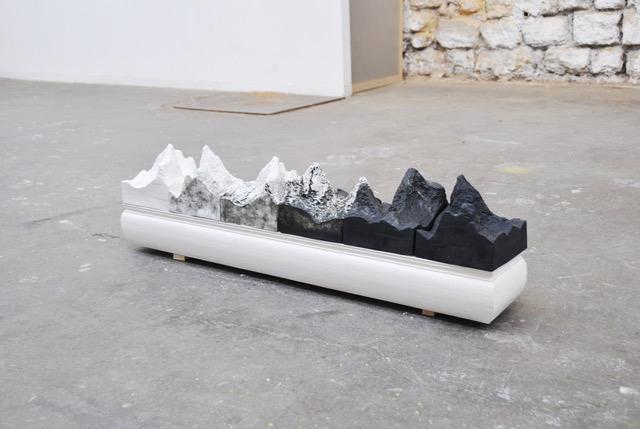 Montagnes de circonstance, 2019Biscuit de porcelaine emaillé, plâtre, 106 x 15 x 20 cm. Lauréate du prix Blanc de Chine, Insttut Francais Dehua, Chine, 2017Photo Marion Boquet-Appel