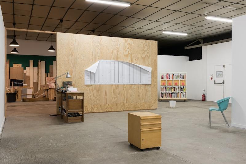 Vue des expositions de Matthieu Saladin «Temps partiels II. Flextime » et Dominique Mathieu « Riposte » au BBB centre d'art, 2019. Curateur & crédit photo : Émile Ouroumov.