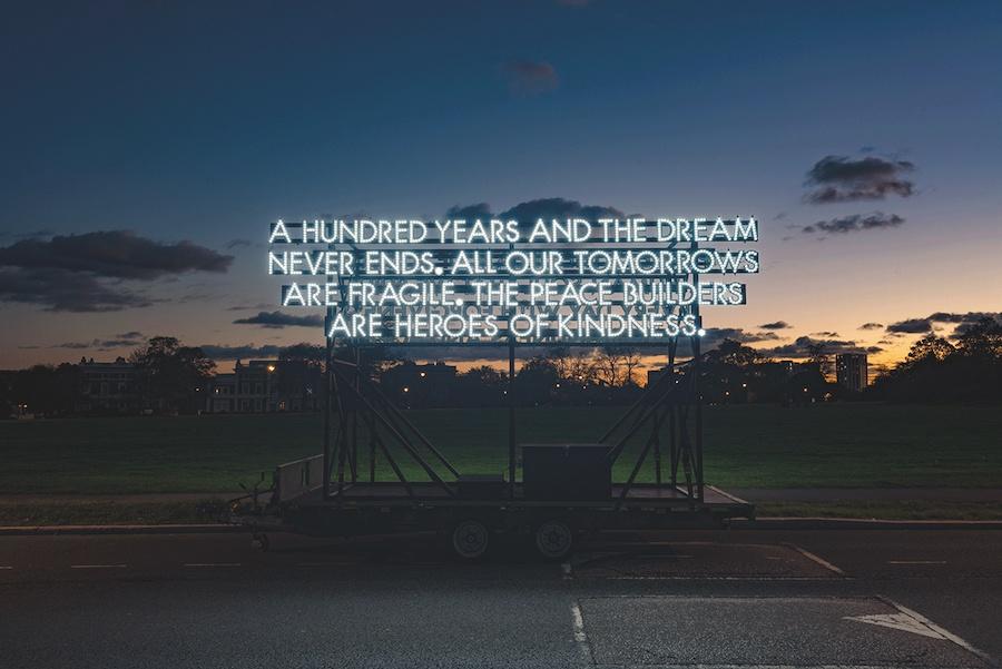 THE PEACE BUILDERS ARE HEROES OF KINDNESS, œuvre de Robert Montgomery réalisée pour l'anniversaire des 100 ans du début de la paix après la Grande Guerre, 1918-2018. L'artiste invente avec cette œuvre les héros de demain: les héros de bonté. Heroes of Kindness.  Robert Montgomery, Londres, 2018. Courtesy artiste