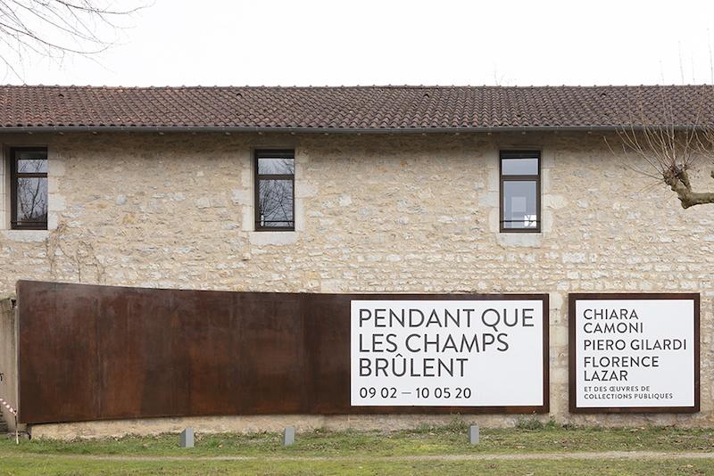 Façade du centre d'art, Vue de l'exposition Pendant que les champs brûlent, Maison des Arts Georges et Claude Pompidou, 2020. Photo © Yohann Gozard
