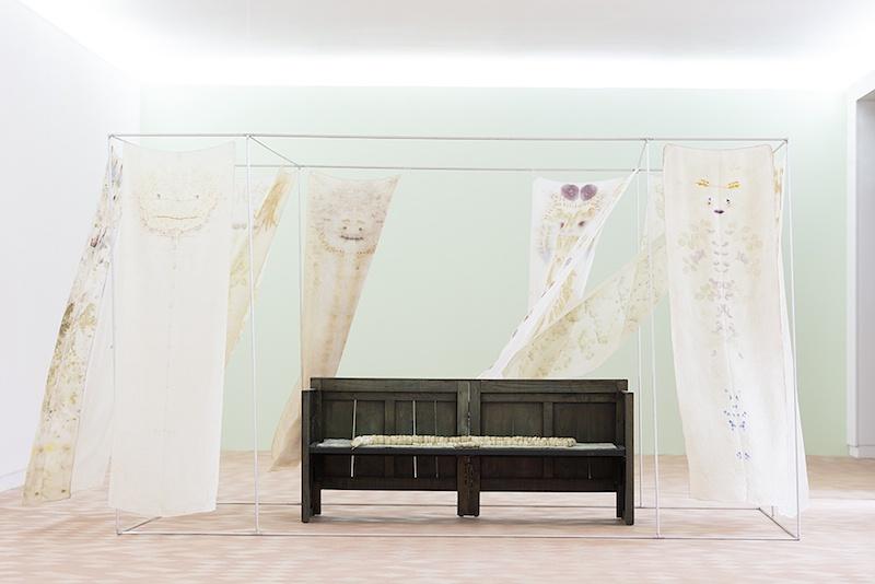 Una Casa, Chiara Camoni, Vue de l'exposition Pendant que les champs brûlent, Maison des Arts Georges et Claude Pompidou, 2020. Photo © Yohann Gozard