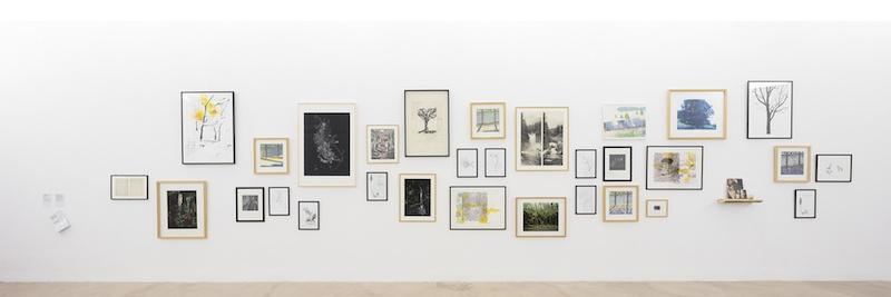 Une forêt d'œuvres, issues de la collection de l'artothèque du Lot, Vue de l'exposition Pendant que les champs brûlent, Maison des Arts Georges et Claude Pompidou, 2020. Photo © Yohann Gozard