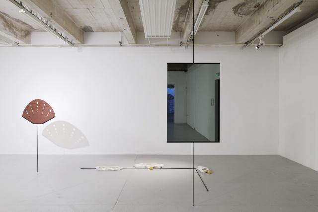 L'appel confus des eaux, 2019-2020, installation, acier, peinture, Plexiglas, miroir, papier, plâtre, résine, eau. © Aurélien Mole