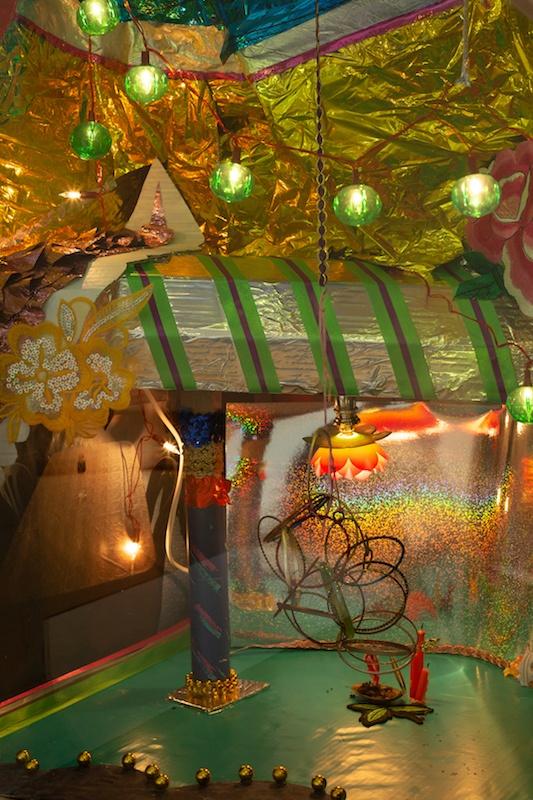 Jay Tan, Trax [Pistes] - détail, 2020, Circuit Scalextric, techniques mixtes, dimensions variables. Crédits : Voitures créées en collaboration avec Leonardiansyah Allenda, et fabriquées par Leonardiansyah Allenda. Production CACC. © Margot Montigny – CACC.