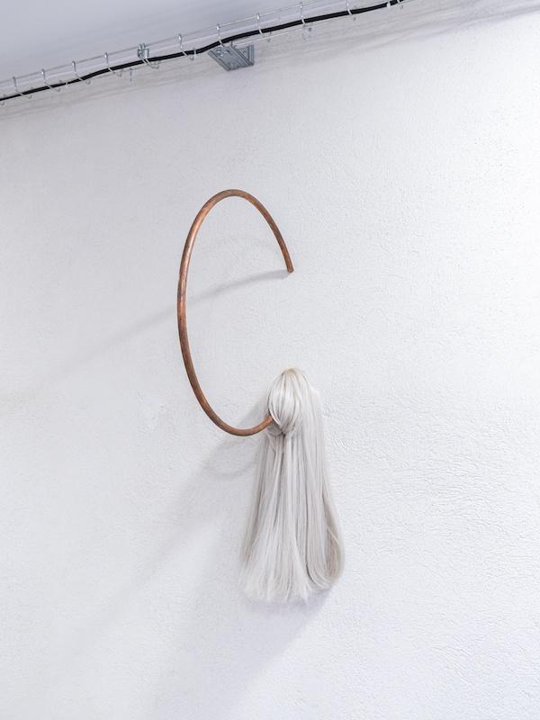 Léo Fourdrinier, Radio Silence, 2020, Cheveux sythétiques, cuivre – 20 x 70 x 45 cm