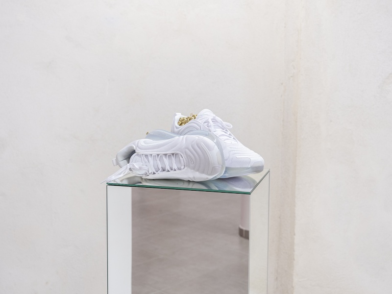Léo Fourdrinier, Go Tell Fire to the Mountain, 2020, Nike AirMax 720, clous tapissiers laitonnés, miroirs – 32 x 114 x 29 cm
