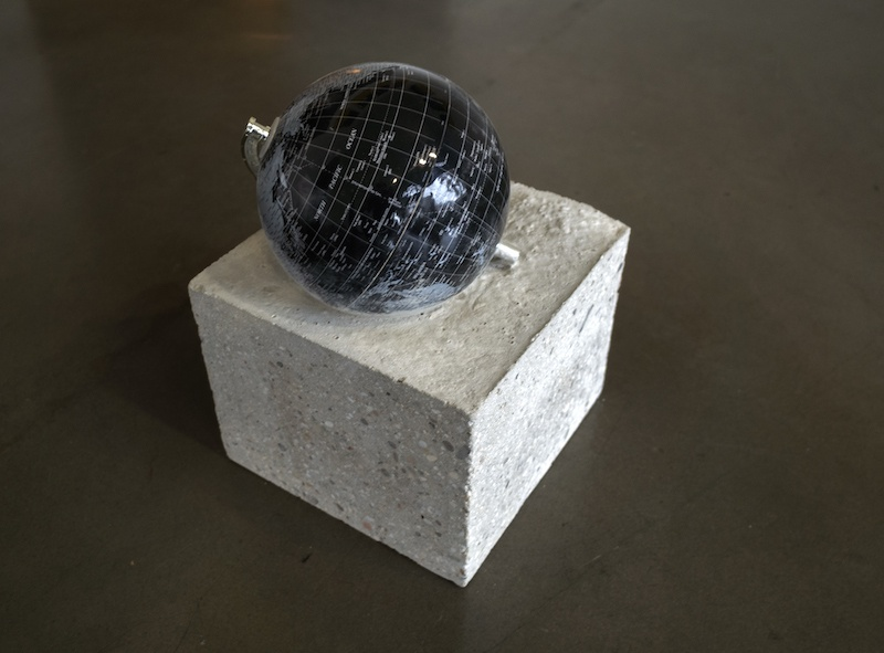 Jean-Baptiste Grangier, Un monde concret (détail), 2018, 7 éléments, béton, globes terrestres de 1969 à 2018, dimensions variables – production la BF15