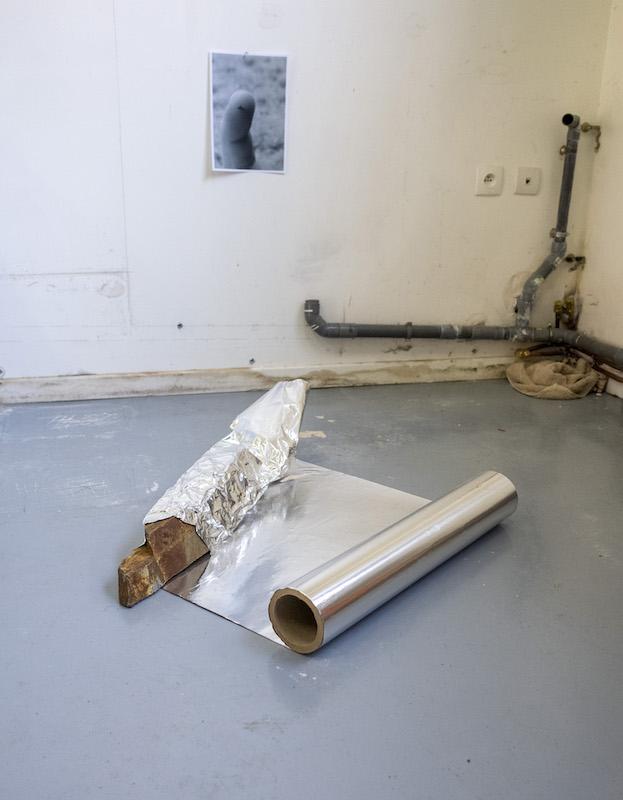 Jean-Baptiste Grangier, Kitkat, 2019, rouleau d'aluminium, schiste - 75x65x20cm