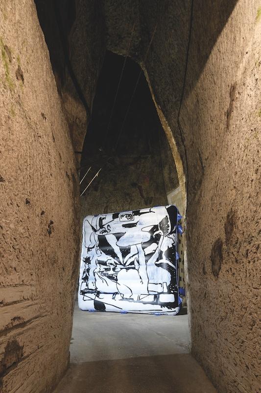 Antwan Horfee, The Rave Cave, 2018. Exposition Expérience Pommery #14 : l'esprit souterrain Production in situ, château gonflable, peinture, projection vidéo, dimensions variables Courtesy artiste. Photo Frédéric Laurès