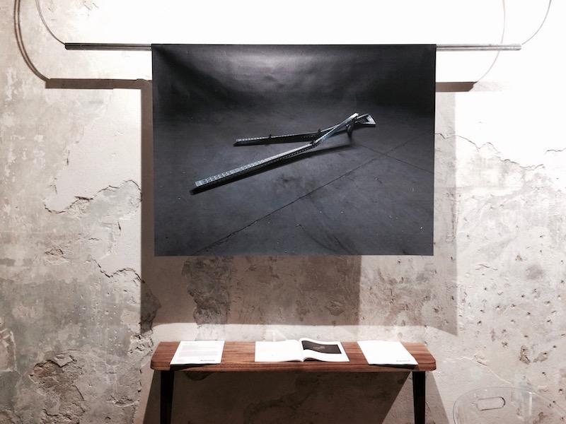 Juliette Feck, Metallic lovers, 2018, installation, impression sur bâche, métal, 94 x 250 x  10 cm