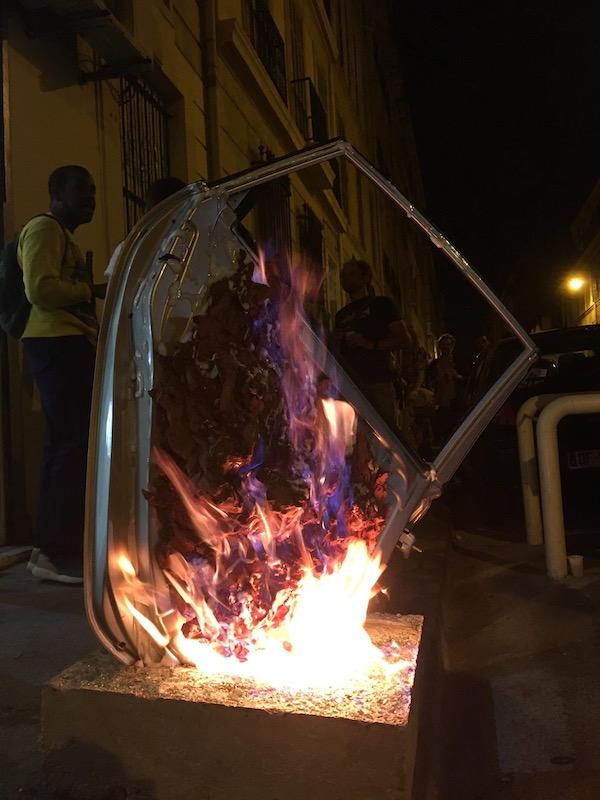 Juliette Feck, Pyromaniac, 2018, Sculpture performée, Céramique, portière de voiture, feu, béton