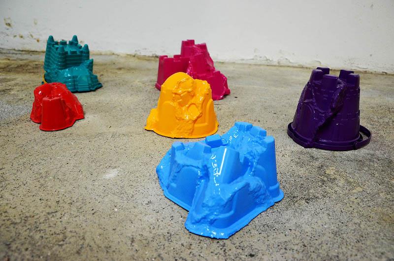 """Marie Havel, """"Seaux de plage"""", plastique, peinture acrylique et vernis brillant, dimensions variables, pièces uniques, 2018-2019"""