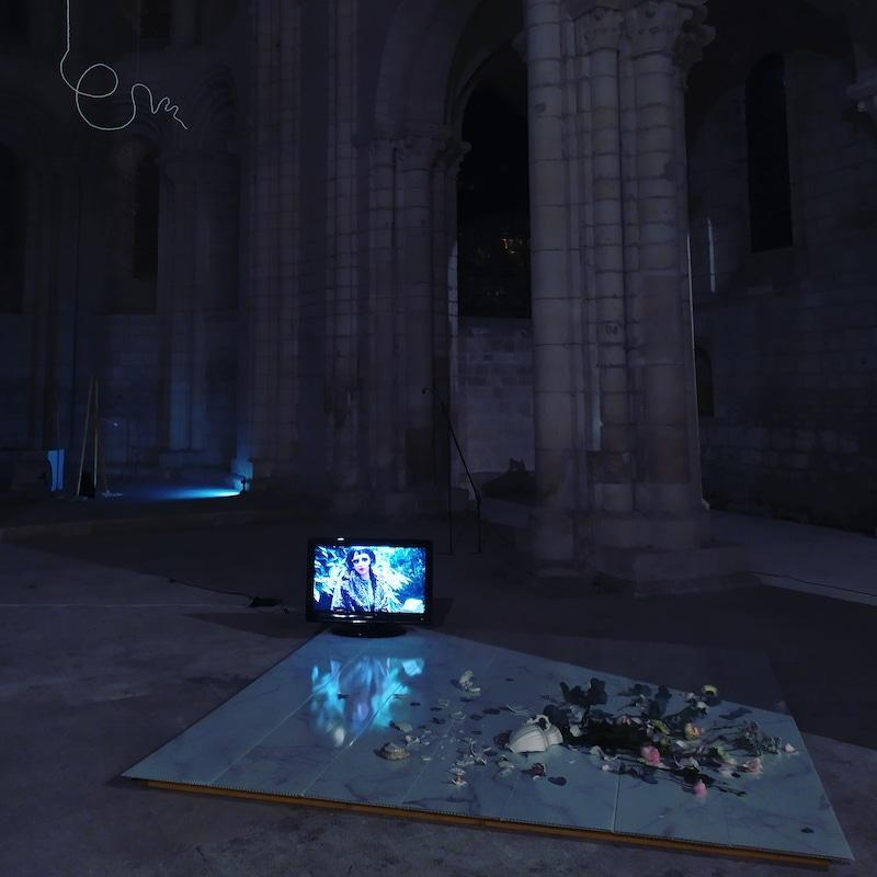 Vue de l'exposition « House of Crystal » (mars 2020), installation vidéo, plaques de carrelages effet marbre, vase cassé, fleurs fraiches, signature en perle. La Halle Tropisme, Montpellier.