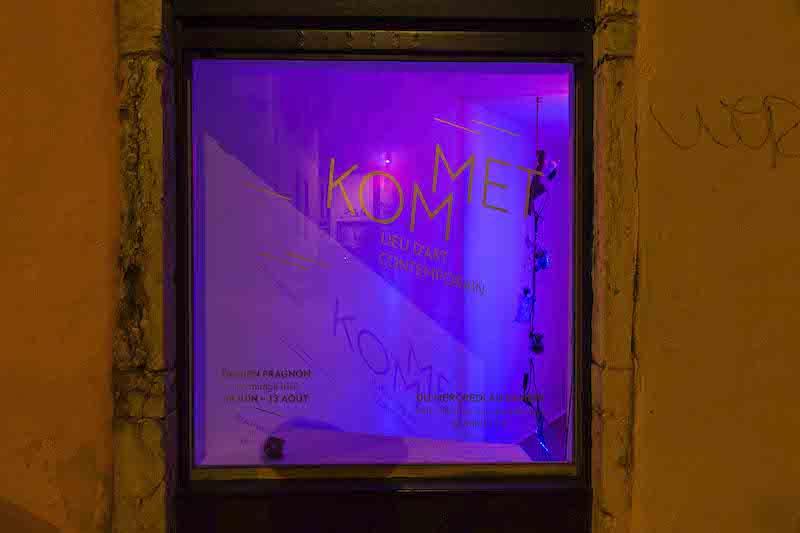 Exposition Un mirage irisé de Damien Fragnon visible depuis la vitrine du lieu et en streaming sur www.kommet.fr